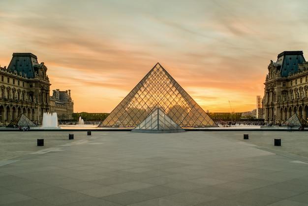 Pyramide du louvre au musée du louvre à paris, france.