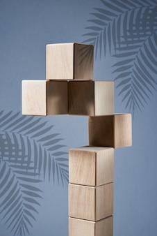 Pyramide d'équilibrage de blocs carrés en bois comme concept d'harmonie et d'équilibre