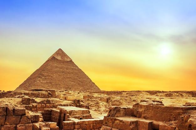 Pyramide de gizeh au coucher du soleil