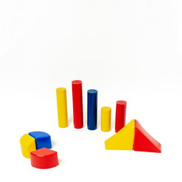 Pyramide et graphiques à barres sur fond blanc