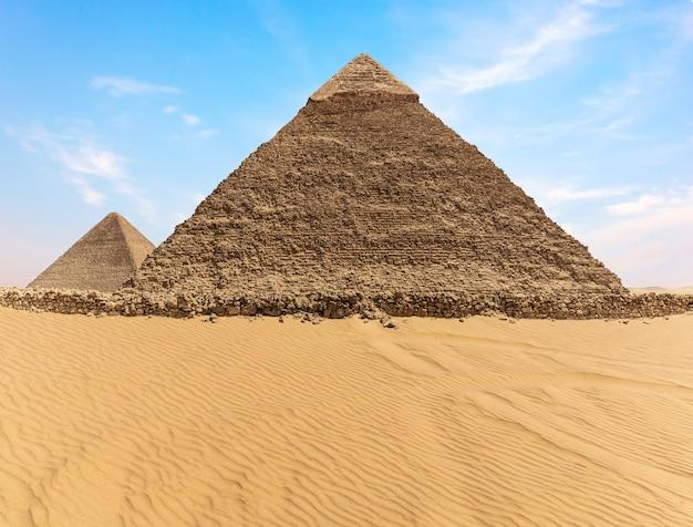 La pyramide de khafré et la pyramide de khéops, gizeh, egypte.