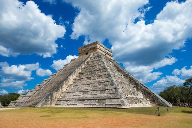 Pyramide de kukulkan dans le site de chichen itza, mexique