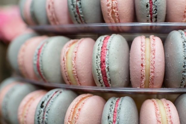 Pyramide de macarons colorés. des bonbons en vacances. décoration comestible