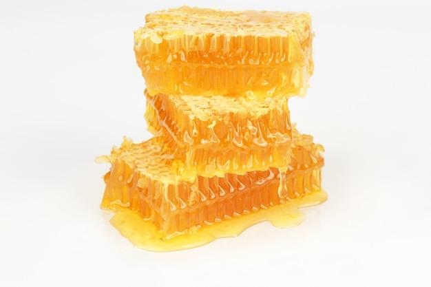 Pyramide de nid d'abeille isolé