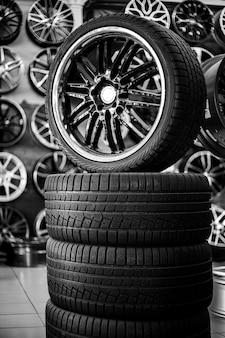 Une pyramide de pneus en caoutchouc et de jantes en alliage achat et vente de pneus d'hiver et d'été neufs