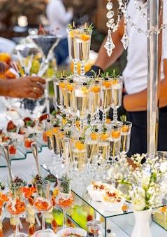 Pyramide de verres de champagne. décoration de table de mariage. célébration et fête. notion de restauration.