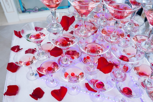 Pyramide de verres de champagne ou de vigne à la noce.