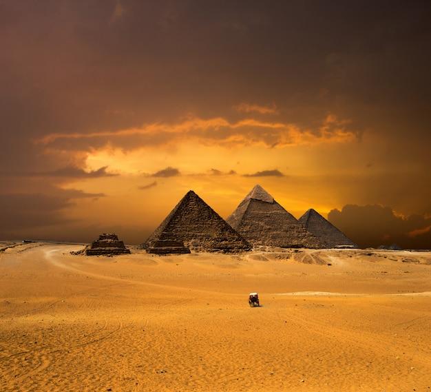 Pyramides avec un beau ciel de gizeh au caire, en egypte.