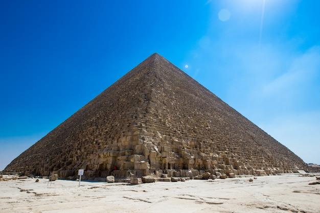 Pyramides avec un beau ciel de gizeh au caire, egypte.