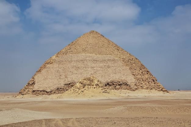Pyramides dahshur dans le désert du sahara de l'égypte