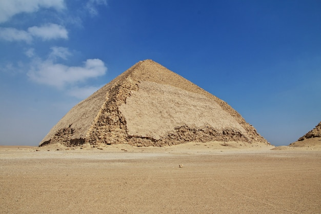 Pyramides à dahshur, désert du sahara, egypte
