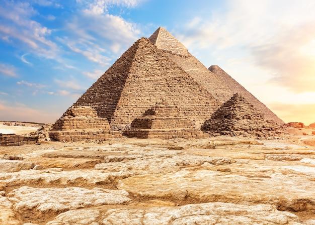 Les pyramides dans le sable et les pierres, gizeh, egypte.