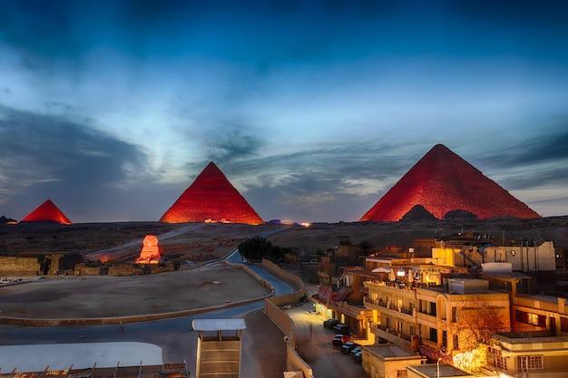 Les pyramides de nuit, vue depuis les bâtiments de gizeh, egypte.
