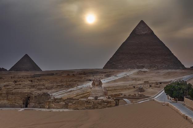 Les pyramides et le sphinx de gizeh au crépuscule, en egypte.