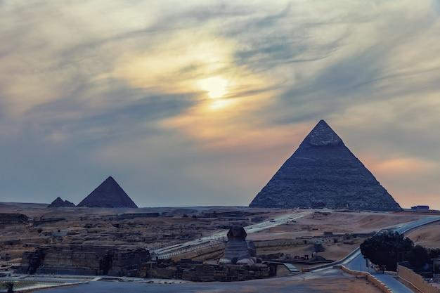 Les pyramides et le sphinx, vue crépusculaire.