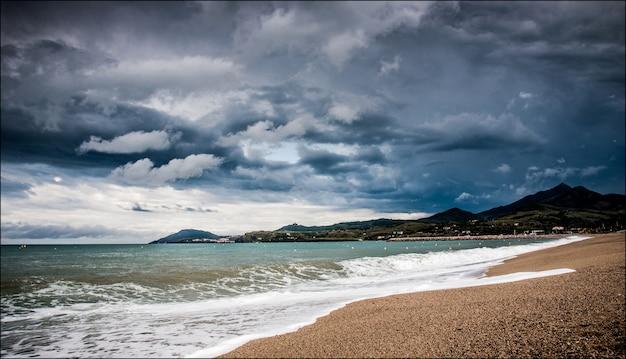 Pyrenees mer sur paysage francais orageux
