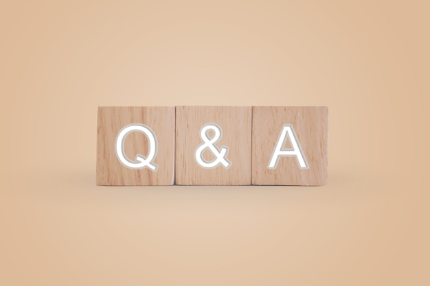 Q et un alphabet sur un cube en bois. concept de sens question et réponse.