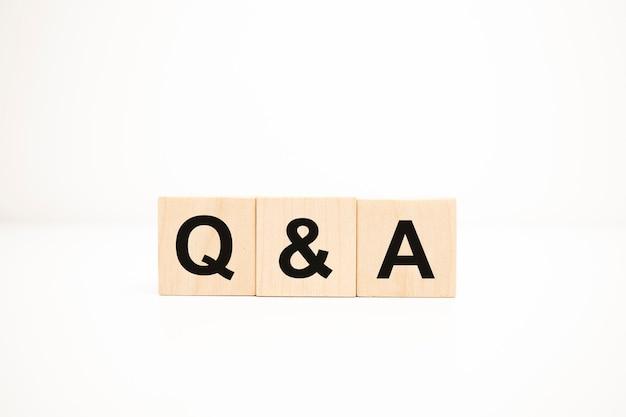 Q et a, questions et réponses sur des cubes en bois
