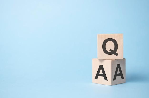 Qa, Questions Et Réponses Sur Les Cubes En Bois Photo Premium