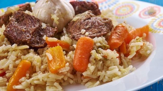 Qaboli pilaf - kabuli palaw est un plat du nord de l'afghanistan, une variété de pilaf, composé de riz cuit à la vapeur mélangé avec des raisins secs, des carottes et de l'agneau.