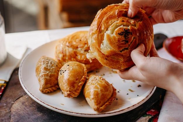 Qoghal avec des pâtisseries remplies de viande salée conçu délicieux à l'intérieur de la plaque blanche