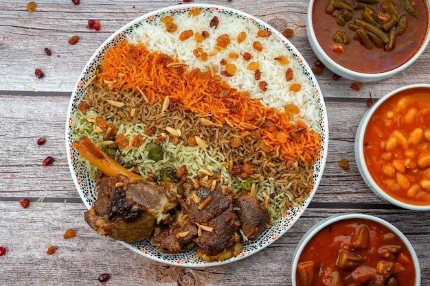 Qoozi rice irakien sur une grande assiette