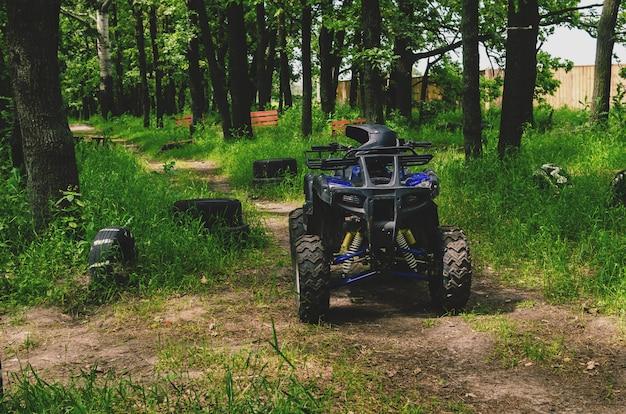 Quad quad sur une piste de course spéciale dans la forêt
