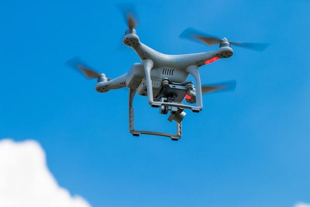 Quadcopter drone avec appareil photo numérique sur le ciel.