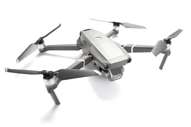 Quadcopter drone moderne avec une caméra isolée sur blanc.