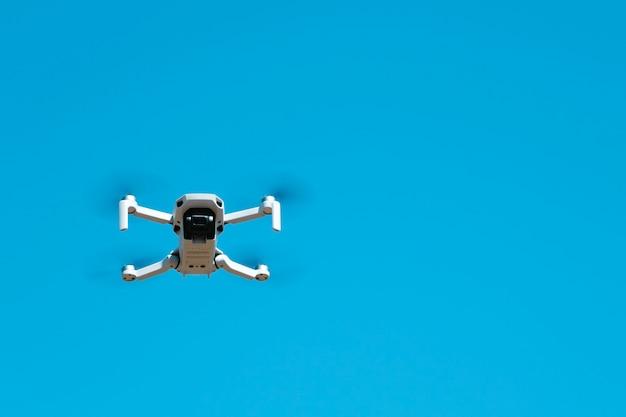 Quadcopter en vol contre un ciel bleu