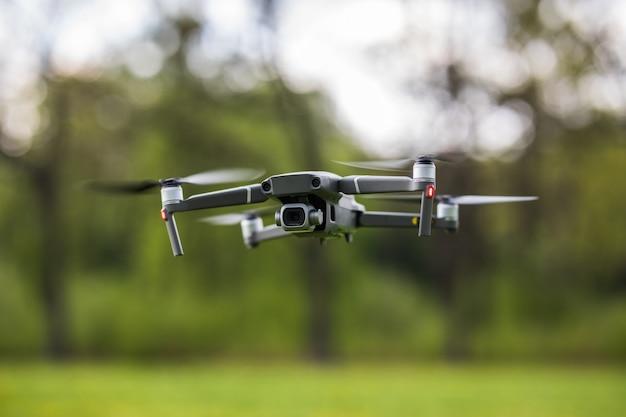 Quadcopter volant dans le parc