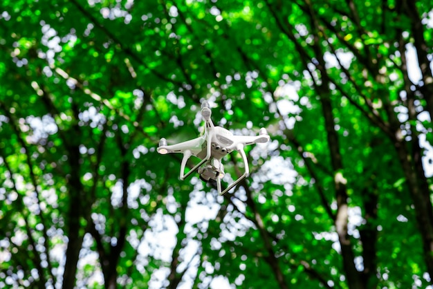 Quadrocopter vole sur le fond des arbres.