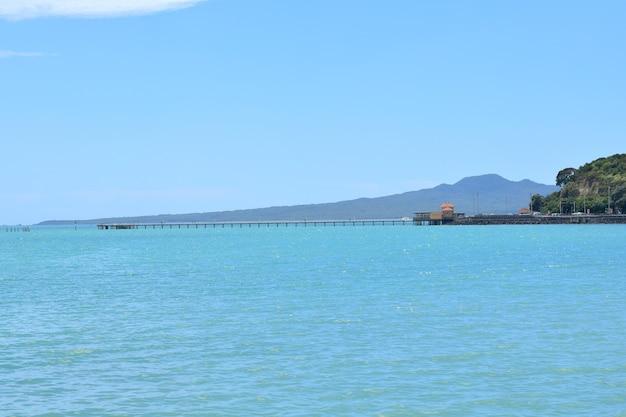 Quai de la baie d'okahu et pont avec vue sur la mer