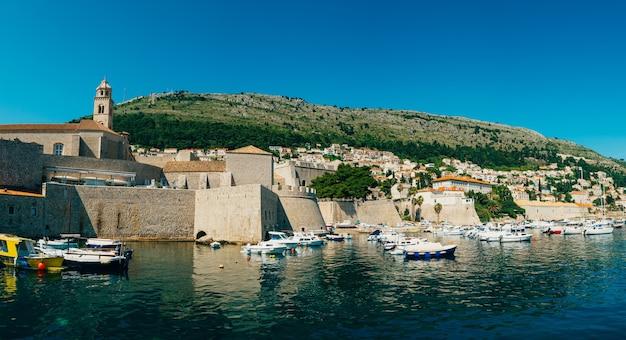 Le quai de bateau près de la vieille ville de dubrovnik croatie