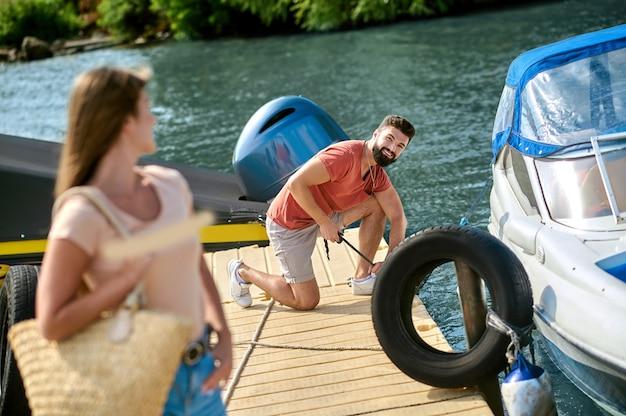 Sur un quai. un homme et une femme près du bateau sur un quai