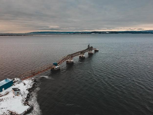 Quai de pont métallique en hiver
