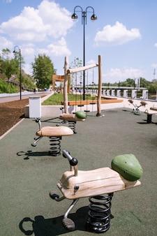 Quai de la promenade urbaine de l'oural plot avec une aire de jeux