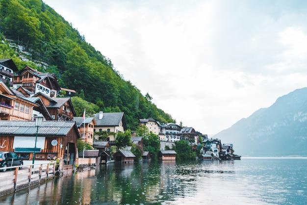 Quai de la ville de hallstatt avec une belle vue sur le lac et l'espace de copie de la chaîne alpine