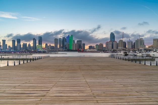 Quai de yacht de la baie de qingdao et paysage architectural urbain
