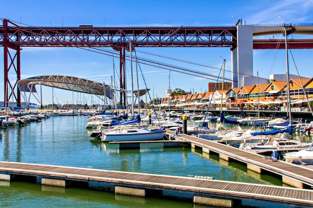 Les quais de santo amaro au pont du 25 avril, lisbonne, portugal