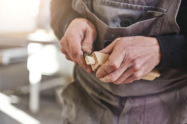La qualité n'est pas un acte c'est une habitude charpentier utilisant le ciseau pour sculpter le bois