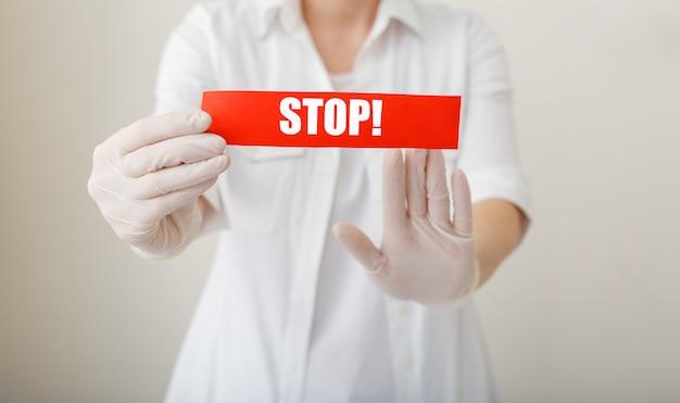 Quarantaine de coronavirus, panneau d'avertissement rouge avec texte d'arrêt, le médecin montre le geste des mains d'arrêt pour arrêter l'épidémie de virus corona
