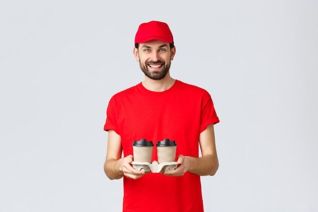 Quarantaine de livraison de nourriture restez à la maison et commandez en ligne concept de courrier souriant en bonnet rouge et t-shirt br ...