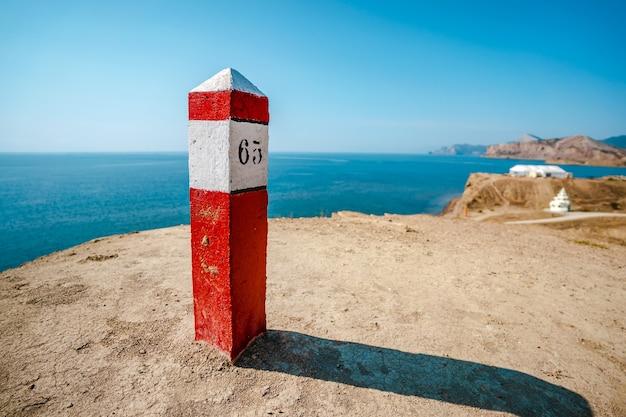Le quart rouge sur la côte de la mer