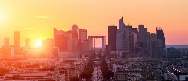 Quartier des affaires de la défense à paris au coucher du soleil, vue depuis l'arc de triomphe