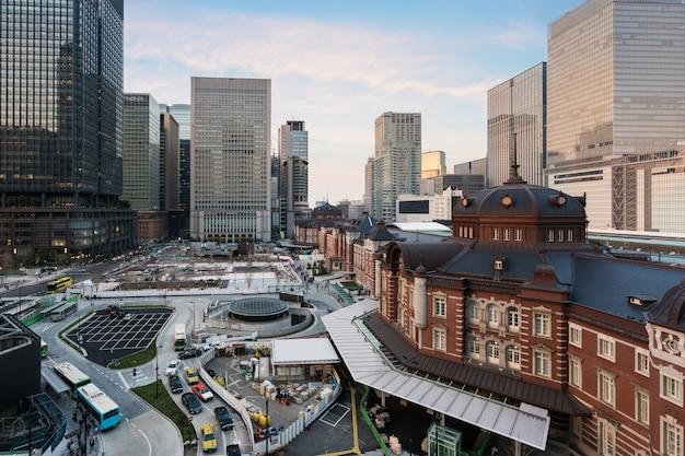 Le quartier des affaires de marunouchi et le gratte-ciel de la gare de tokyo construits en soirée au japon.
