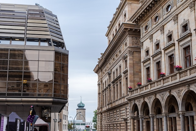 Quartier de bâtiments modernes et anciens dans le centre historique de prague, automne ensoleillé pluvieux