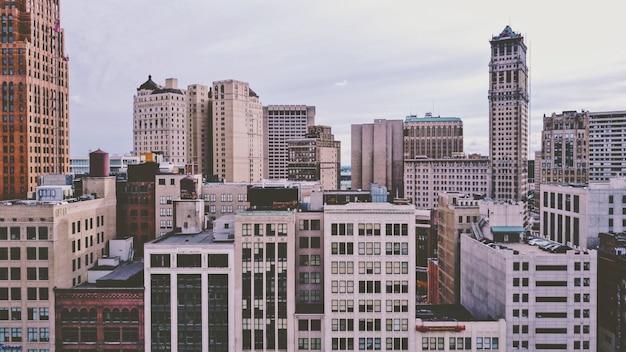 Quartier avec des bâtiments modernes colorés et des gratte-ciel sous un ciel nuageux