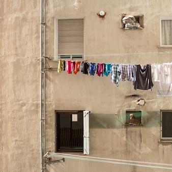 Quartier de bidonville avec des chiffons