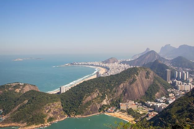 Le quartier de copacabana vu du sommet de la montagne sugarloaf à rio de janeiro.